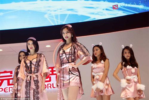 Người mẫu game Trung Quốc hết mùa mặc hở - 4