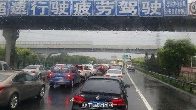 """Ảnh: Bắc Kinh """"thất thủ"""" trước mưa lũ - 2"""