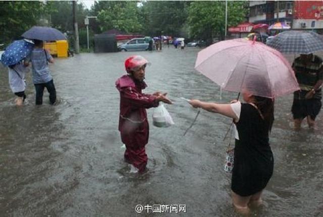 """Ảnh: Bắc Kinh """"thất thủ"""" trước mưa lũ - 4"""