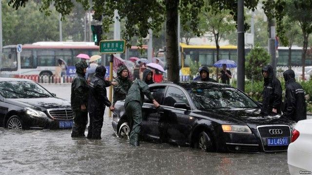 """Ảnh: Bắc Kinh """"thất thủ"""" trước mưa lũ - 5"""