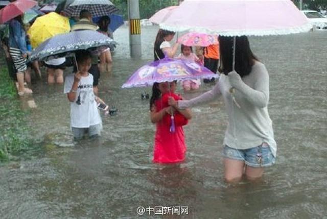 """Ảnh: Bắc Kinh """"thất thủ"""" trước mưa lũ - 3"""