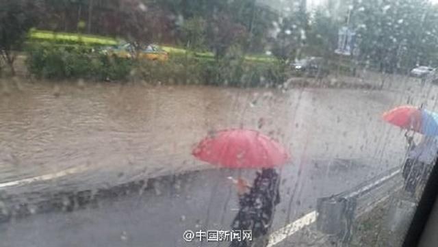"""Ảnh: Bắc Kinh """"thất thủ"""" trước mưa lũ - 1"""