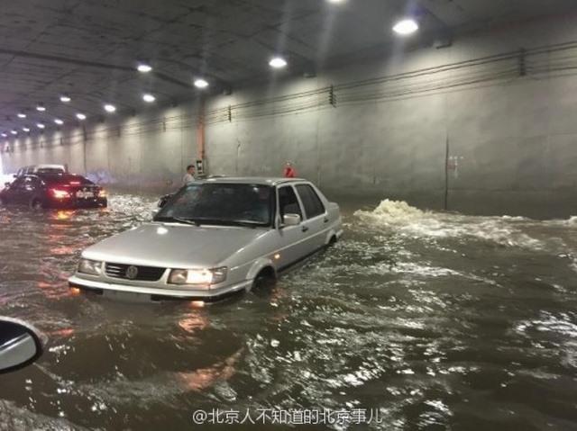 """Ảnh: Bắc Kinh """"thất thủ"""" trước mưa lũ - 8"""