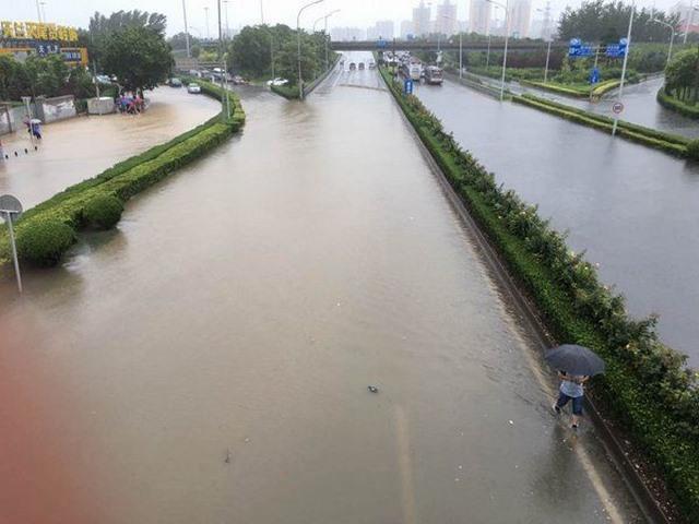 """Ảnh: Bắc Kinh """"thất thủ"""" trước mưa lũ - 9"""