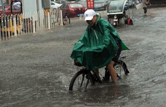 """Ảnh: Bắc Kinh """"thất thủ"""" trước mưa lũ - 6"""