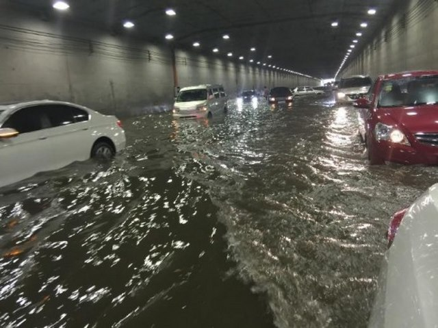 """Ảnh: Bắc Kinh """"thất thủ"""" trước mưa lũ - 7"""