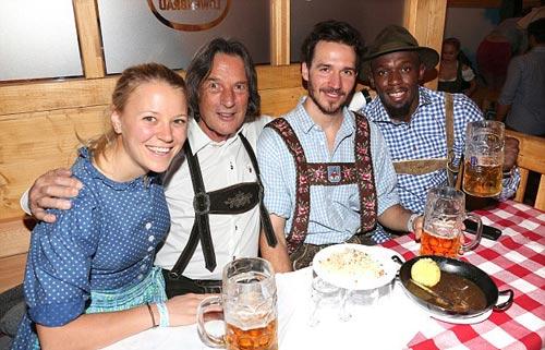 """Usain Bolt lại """"ngập"""" trong bia & người đẹp ở Đức - 3"""