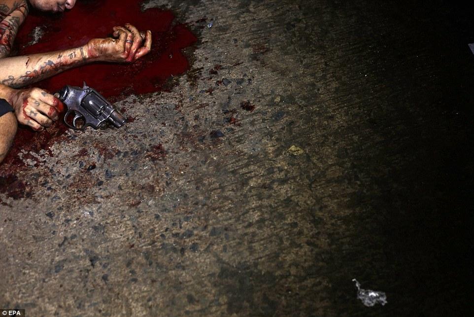 """Bắn 300 người giữa phố, Philippines """"rắn"""" hay tàn nhẫn? - 2"""