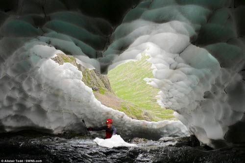Khám phá đường hầm tuyết trên núi cao nhất Scotland - 1