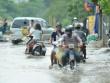 Một ngày sau bão số 1, người Thủ đô vẫn bì bõm lội phố