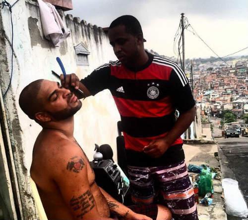 Sao 360 độ: Lẻn vào khách sạn, fan cuồng Neymar bị bắt - 4