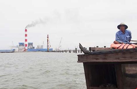 Nhà máy khổng lồ xả khói đen… đạt chuẩn - 1