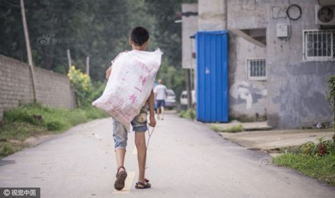 Cậu bé nhặt rác kiếm tiền chữa ung thư cho mẹ kế - 3