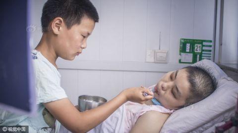 Cậu bé nhặt rác kiếm tiền chữa ung thư cho mẹ kế - 5