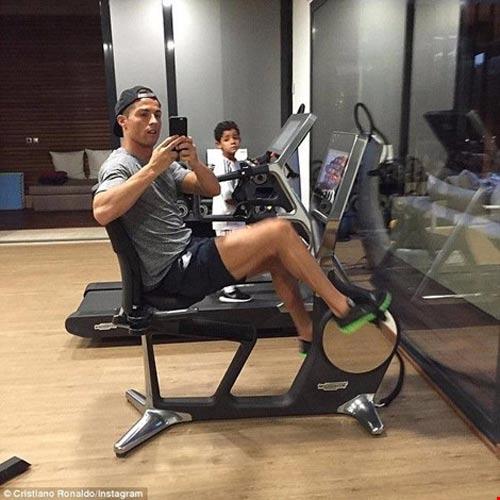 Ronaldo hì hục tập gym, Messi say mê tập sút - 3