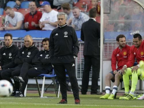 Mourinho hạnh phúc khi thấy MU mắc sai lầm - 1