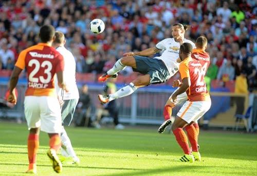 Fan MU phát cuồng vì siêu phẩm của Ibrahimovic - 1