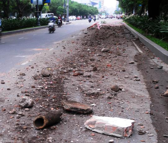 Đất, đá vụn vương vãi cửa ngõ sân bay Tân Sơn Nhất - 1