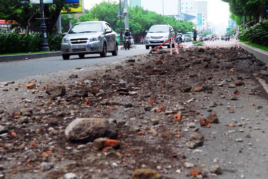Đất, đá vụn vương vãi cửa ngõ sân bay Tân Sơn Nhất - 2