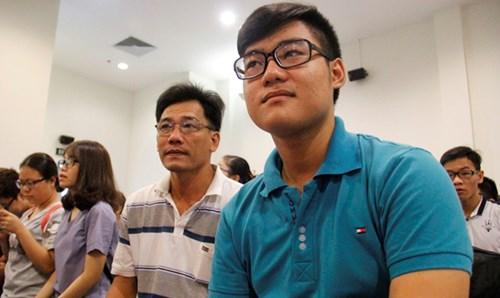 Bố con cùng tham gia tư vấn tuyển sinh đại học - 2