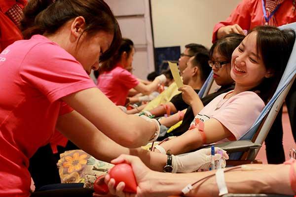 Hơn 2.500 người xếp hình cờ đỏ sao vàng kêu gọi hiến máu - 3