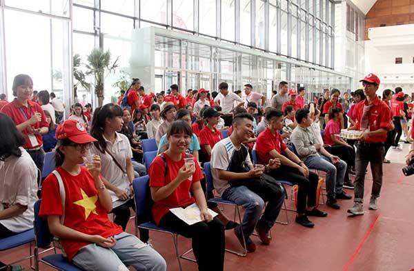 Hơn 2.500 người xếp hình cờ đỏ sao vàng kêu gọi hiến máu - 2