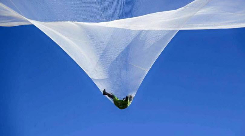 Rợn người cú nhảy từ độ cao hơn 7,6 km không cần dù - 2