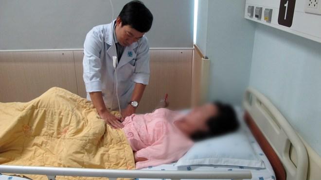 Suýt chết vì chửa ngoài tử cung, máu chảy đầy ổ bụng - 1