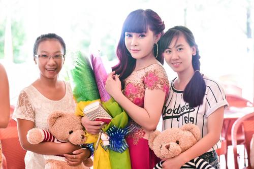 Khánh Phương khiến fan 'đứng tim' vì thân mật cùng hotgirl - 2