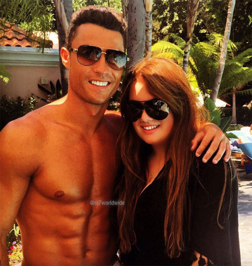 Ronaldo điệu đà đeo khuyên tai trắng, sơn móng chân - 5