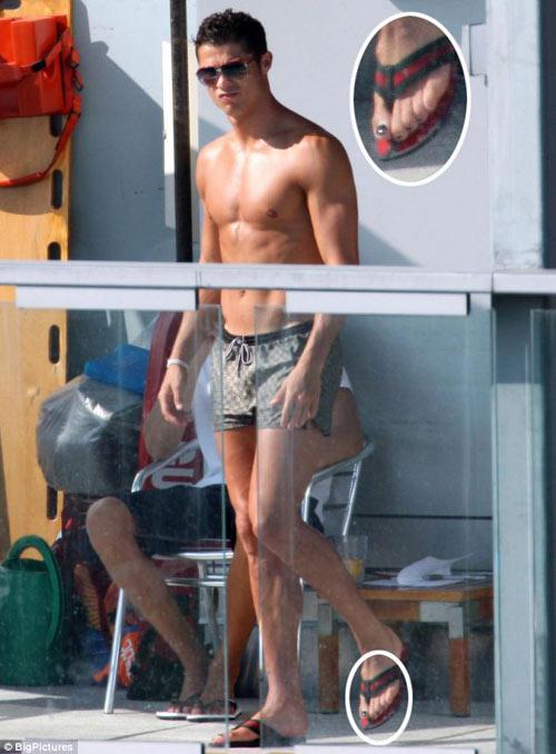 Ronaldo điệu đà đeo khuyên tai trắng, sơn móng chân - 3