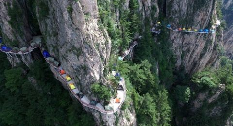 Người thích, kẻ sợ cắm trại trên vách núi cao 1.700m - 1