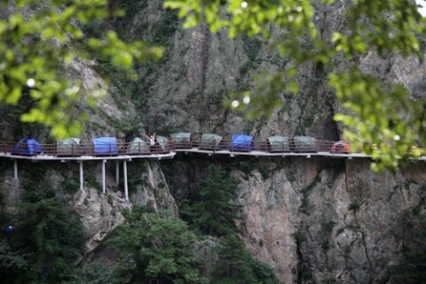 Người thích, kẻ sợ cắm trại trên vách núi cao 1.700m - 2