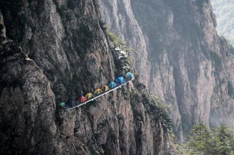 Người thích, kẻ sợ cắm trại trên vách núi cao 1.700m - 3