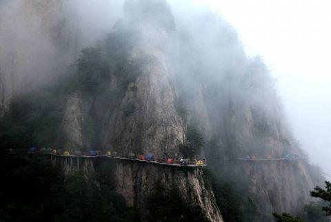Người thích, kẻ sợ cắm trại trên vách núi cao 1.700m - 6