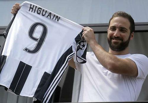 """Tin HOT tối 1/8: """"Judas"""" Higuain vẫn bị đay nghiến - 1"""