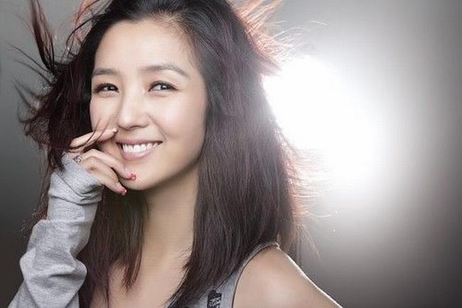 Với giọng hát tốt và ngoại hình trong sáng, Hà Khiết đạt được thành công trong làng giải trí Hoa ngữ từ khá sớm.