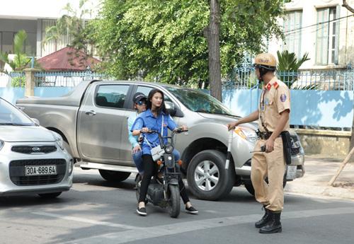 Ngày đầu tăng mức phạt vi phạm giao thông, nhiều người ngơ ngác - 1
