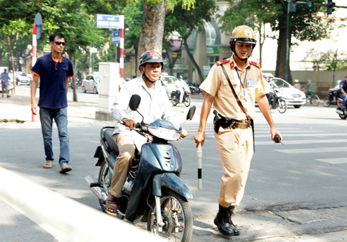 Ngày đầu tăng mức phạt vi phạm giao thông, nhiều người ngơ ngác - 5
