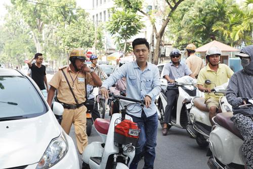Ngày đầu tăng mức phạt vi phạm giao thông, nhiều người ngơ ngác - 3