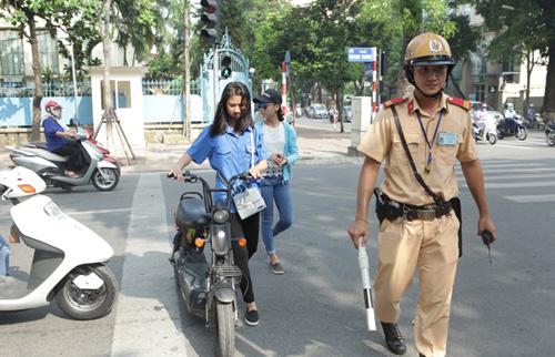 Ngày đầu tăng mức phạt vi phạm giao thông, nhiều người ngơ ngác - 2