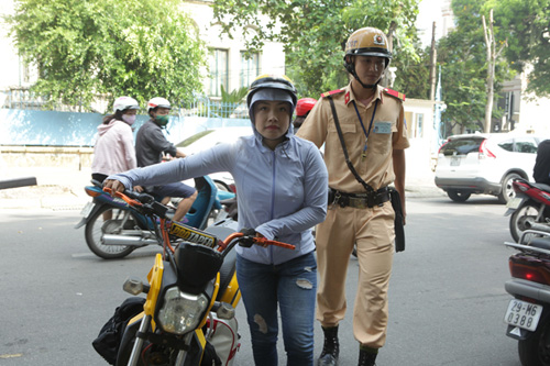 Ngày đầu tăng mức phạt vi phạm giao thông, nhiều người ngơ ngác - 6