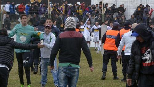 Sốc: Bị tấn công, cầu thủ đá gục fan ngay trên sân - 2