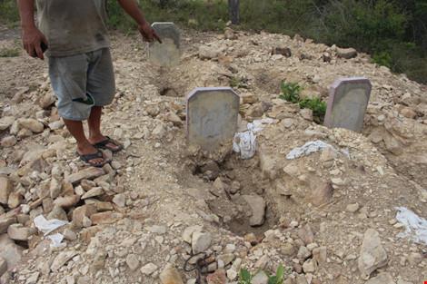 """Dân bức xúc vì dự án """"đào trộm"""" hơn 130 ngôi mộ - 1"""