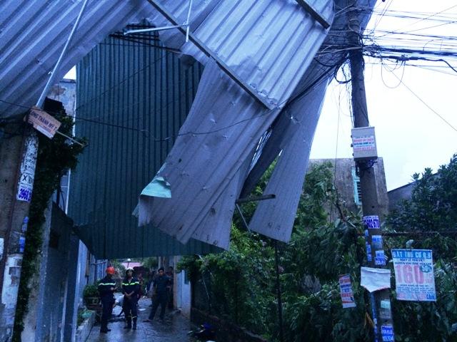 TP.HCM: Dông lốc dữ dội, nhiều nhà dân bị tốc mái - 2