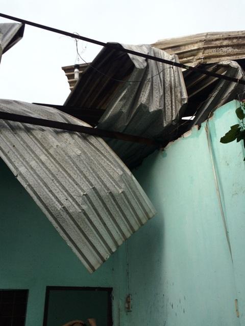 TP.HCM: Dông lốc dữ dội, nhiều nhà dân bị tốc mái - 1