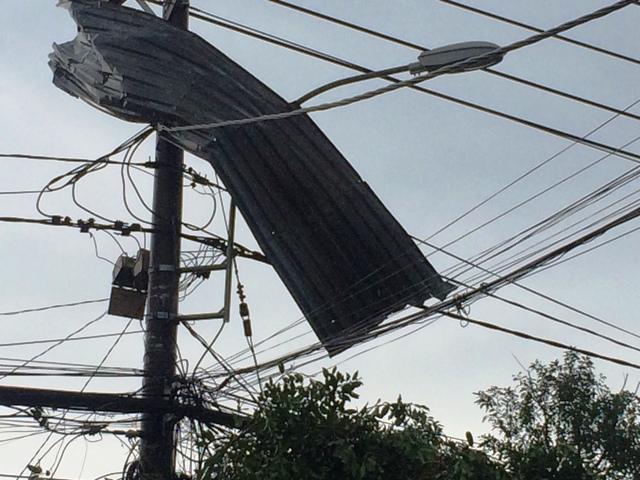 TP.HCM: Dông lốc dữ dội, nhiều nhà dân bị tốc mái - 3
