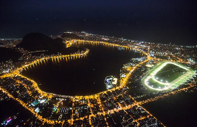 Ánh đèn từ khu vực thi đấu Rowing nổi rực một góc Rio de Janeiro buổi tối.