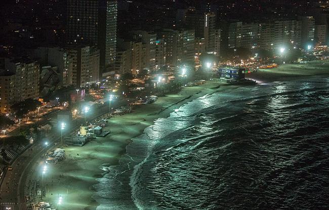 Bãi biển nổi tiếng của thành phố lúc về đêm.