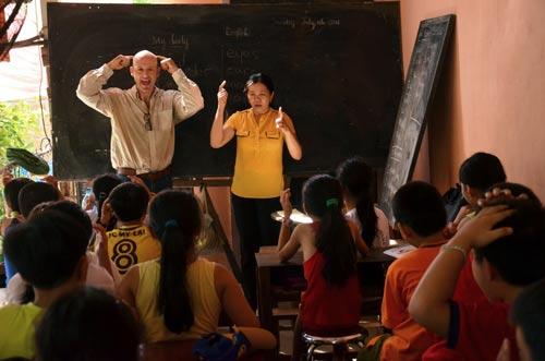 """Lớp học ông Tây ở """"làng thảm sát"""" - 1"""